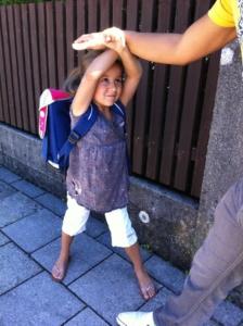 Kinder Eigenschutz Selbstverteidigung Mädchen wehrt sich